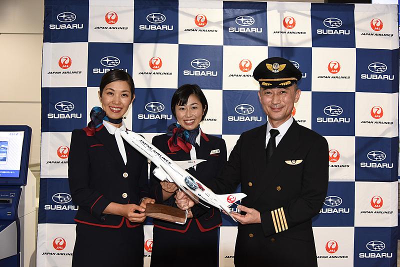 日本航空株式会社 運航乗員部 機長 靍谷忠久氏(右)。記念写真での一コマ