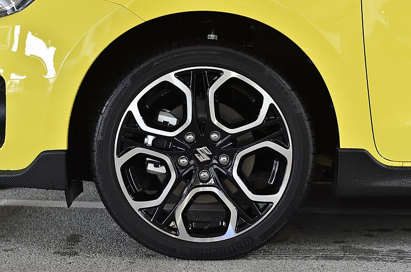 鋳造後にリム部をローラーで引き延ばす「フローフォーミング成形」を採用するアルミホイールは、17インチで16インチ同等の重量を実現。タイヤは195/45 R17サイズのコンチネンタル「ContiSportContact」
