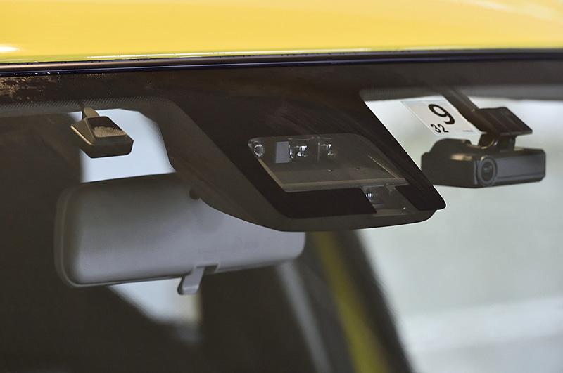 6速MT車でも選択できるメーカーオプションの「セーフティパッケージ」でスズキの先進安全技術「デュアルセンサーブレーキサポート」を設定。ステアリングのアシスト制御も行なう「車線逸脱抑制制御」をスズキ車として初採用した