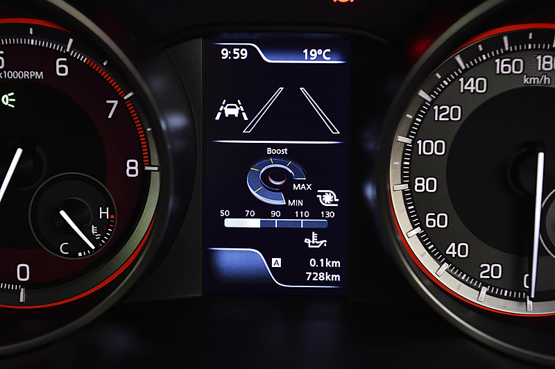 専用メーターの中央にカラーのマルチインフォメーションディスプレイを設定。表示内容に「モーション表示」「パワー/トルク表示」などが追加された