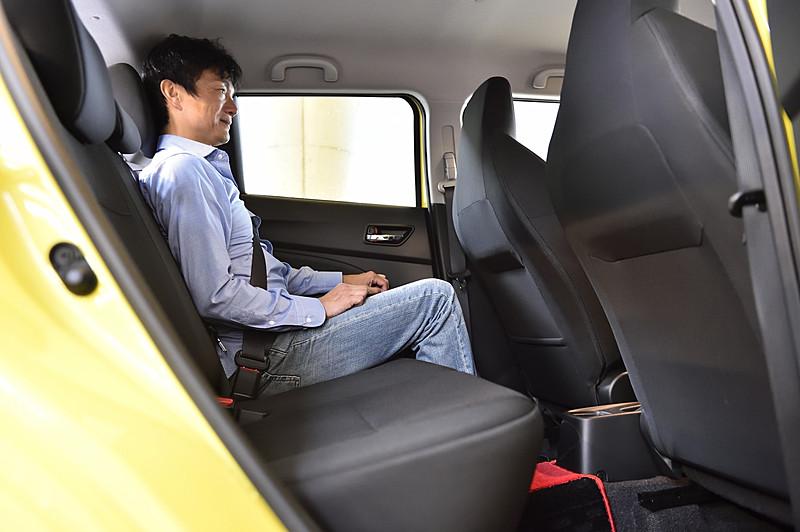 シートには専用表皮やレッドステッチを採用。セミバケット形状のフロントシートは座面とシートバックのサイドサポートにサポートパイプが追加され、内部のウレタンパッドでも形状や硬さ、密度などがチューニングされてサポート性が高められた