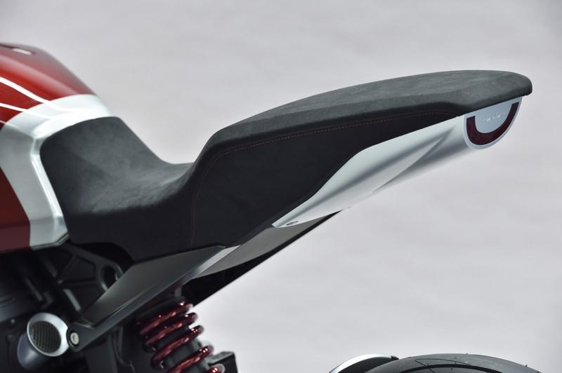 特徴的なシートデザイン。テールカウルはなく、シート下にテールランプが付けられている