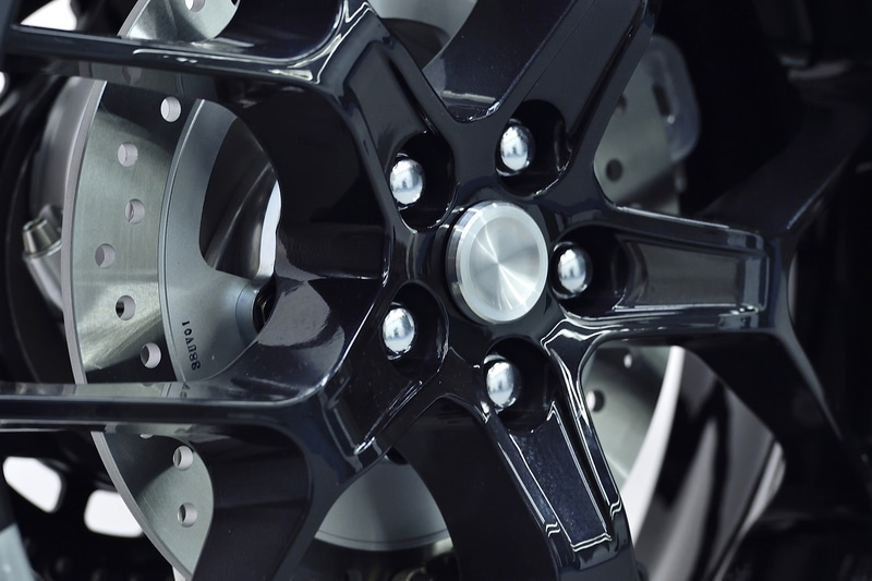 ホイールの取り付けは4輪車のような形状