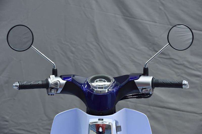 初代スーパーカブの特徴だったかもめハンドルを現代風のデザインで構成