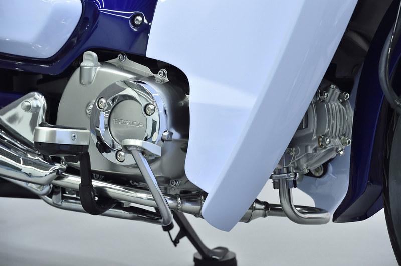 エンジンは空冷4ストロークOHC単気筒の125cc。エキゾーストパイプの取りまわしも洒落ている。トランスミッションはロータリー式