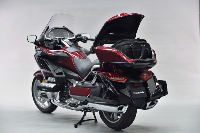 Goldwing Tourにはパッセンジャーシート後ろにトランクが付く。各トランク内には専用のバッグが収まる