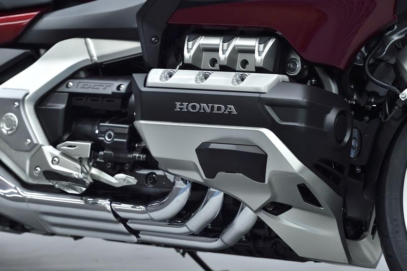 新開発された小型軽量の水冷4ストロークOHC4バルブ水平対向6気筒エンジン。排気量は1833cm<sup>3</sup>。アイドリングストップ付き
