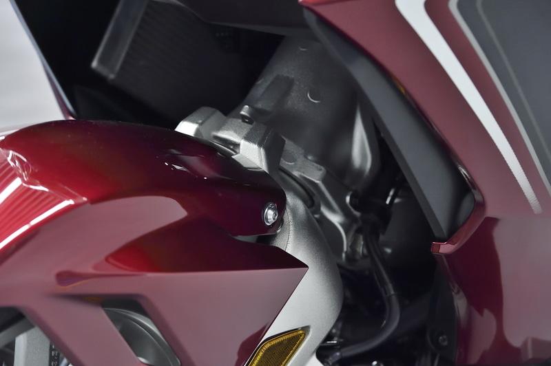サスペンションはフロントに乗り心地や軽快な走りを求めてダブルウィッシュボーンサスペンションを採用。リアはプロリンク式