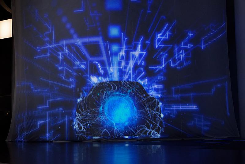 LS+ Conceptを隠すベールに近未来的な映像が投影された