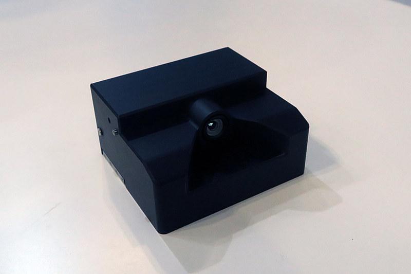 参考展示されていた「カラーナイトビジョンカメラ」。可視光のカラー映像と近赤外線映像を独自の画像処理装置で合成することで、夜間でもカラーで前方の状況を把握することを可能にした。ロービームでもハイビーム相当の対象物検知を実現するという