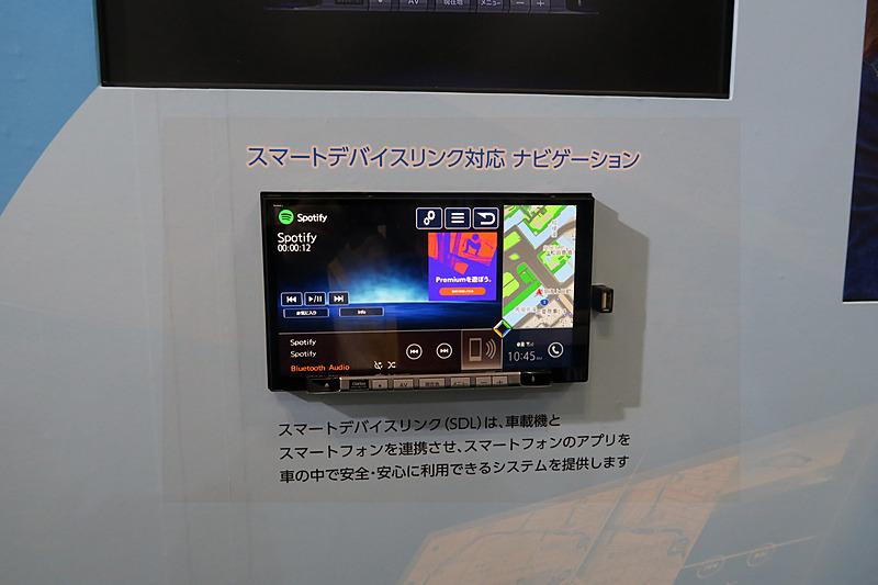 スマートフォンとクルマを接続するためのオープンな規格である「スマートデバイスリンク」に対応したナビゲーションシステムの参考展示
