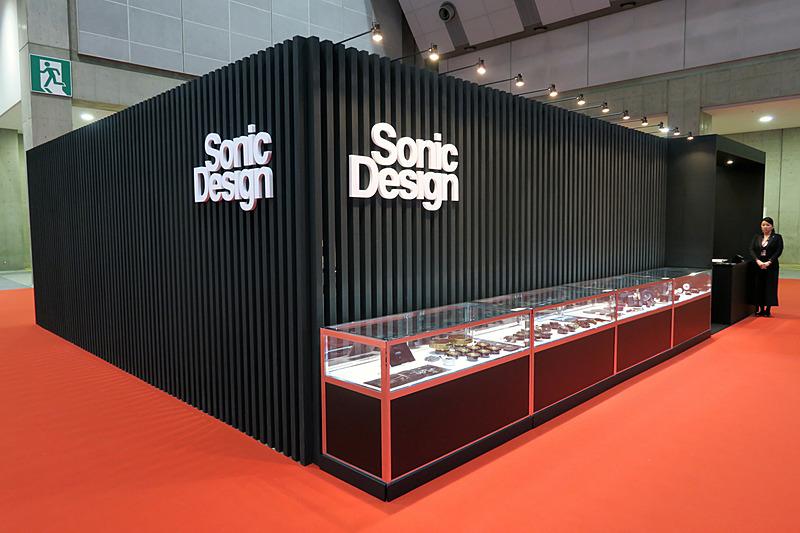 東3ホール E3402にあるソニックデザインのブースでは、ショーケース内に各種スピーカーを展示する