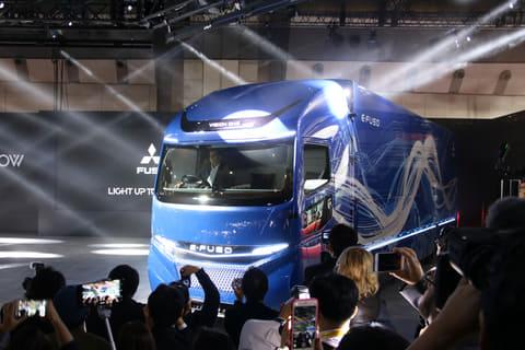 【東京モーターショー2017】三菱ふそう、電気トラックの新ブランド「E-FUSO」を発表し電気商用車のトップランナーを目指す 大型電気トラックE-FUSO「Vision ONE」が登場した