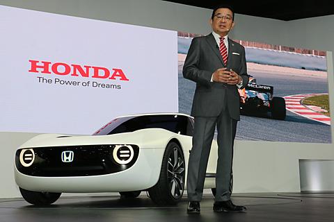 """【東京モーターショー2017】ホンダ、AI技術でこれまでにない""""一心同体""""を実現する「Sports EV Concept」、自動運転技術で歩く人に追従する「ロボキャス Concept」世界初公開 開幕日に行なわれたプレスカンファレンスでワールドプレミアとなる「Honda Sports EV Concept」について紹介する本田技研工業株式会社 代表取締役社長 八郷隆弘氏"""
