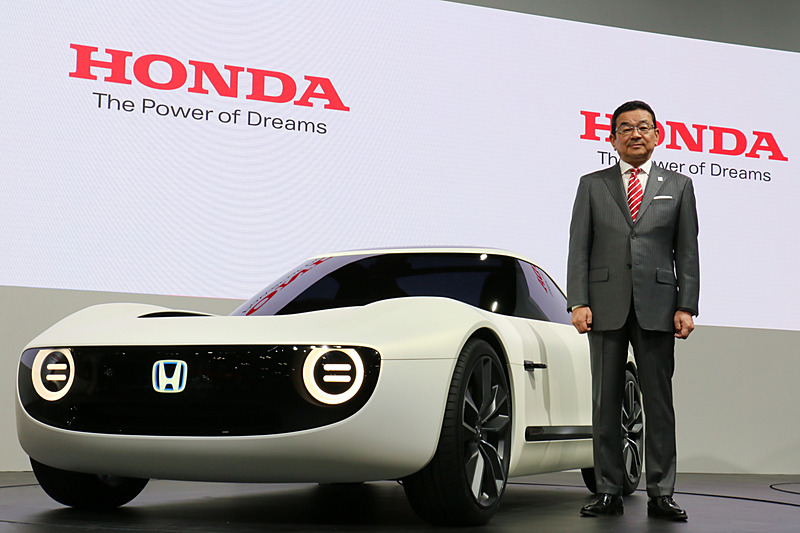 この東京モーターショー2017で世界初公開した「Honda Sports EV Concept」と並んでフォトセッションに立つ八郷氏