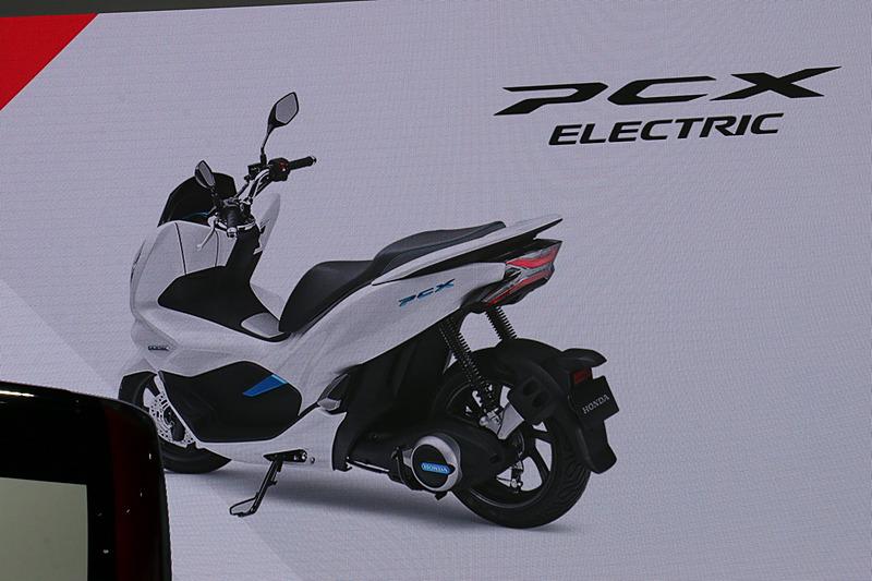 スクーターの「PCX」に電動パワートレーンを与えた「PCX ハイブリッド」「PCX エレクトリック」を2018年発売予定
