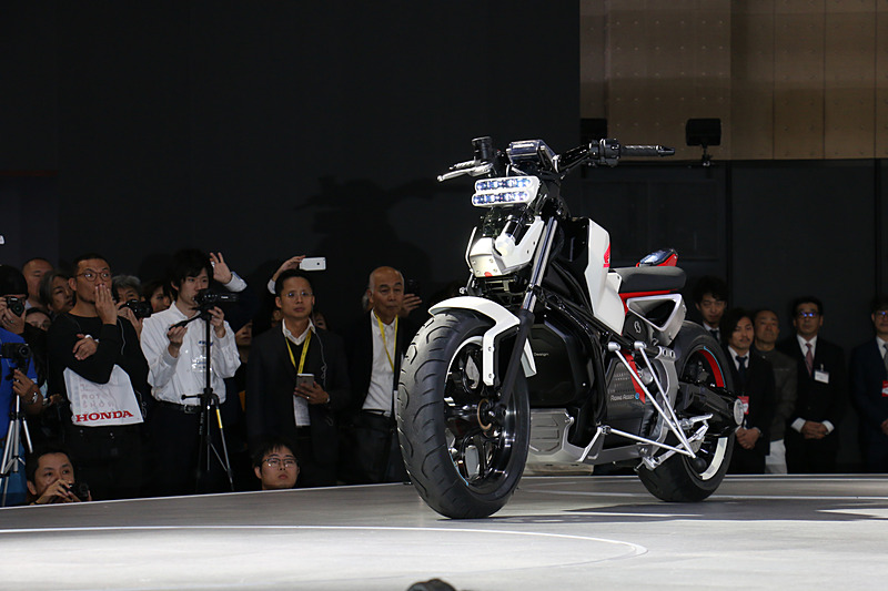 「Honda Riding Assist-e」のお披露目では、誰も乗っていないHonda Riding Assist-eが単独でステージに移動し、ライダーが乗車したあとも自動的にバランスを保つシーンが実演された