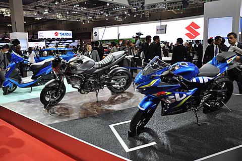 【第45回東京モーターショー2017】スズキ、ネオクラシックの2輪モデル「SV650X」世界初公開 右手前から「GSX-R125」「SV650X」「Swish」