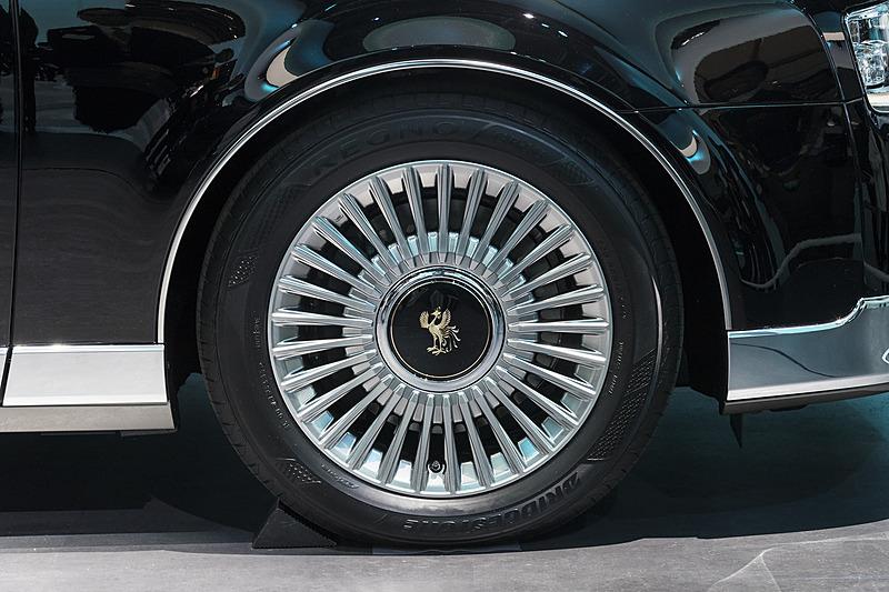 タイヤサイズは225/55 R18