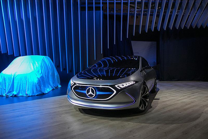 ステージに自走で登場した「Concept EQ A」。燃料電池車なので当然音はなく静かに走行する