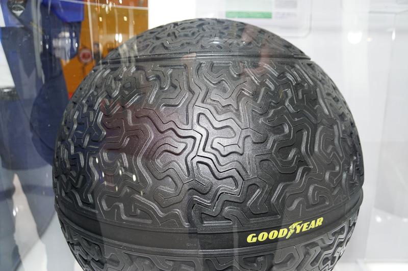 日本初公開の磁気浮揚する球形タイヤ「Eagle 360(イーグル サンロクマル)」