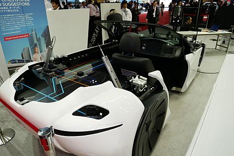 【東京モーターショー2017】日立オートモティブシステムズ、「Moving Forward! 人・クルマ・社会がつながる未来」をテーマに最新システムを紹介 日立オートモティブシステムズブースに展示されている、電動化、自動運転システムのショーケースカー