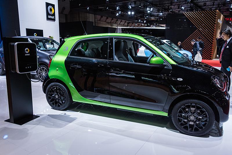 参考出品となる「スマート フォーフォー」をベースにした新型のEV(電気自動車)「スマート フォーフォー electric drive」