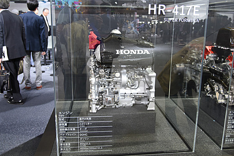 【東京モーターショー2017】ホンダブースでNippon Race Engine「HR-417E」、単体で世界初公開。F1、インディエンジンと見比べ ホンダブースにさりげなく飾られているNippon Race Engine「HR-417E」。単体展示として世界初公開となる