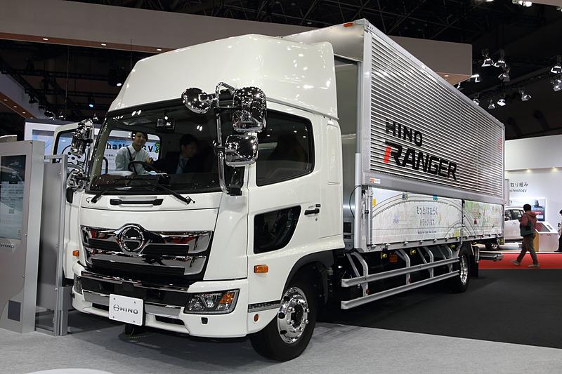 「レンジャー 2PG-FE2APBG」。プロファイアと同時に今春フルモデルチェンジを果たした。エクステリア、インテリアともに一新し、先進の安全装備を標準装備した中型トラック。すべてのエンジンを5.0リッターの「AO5C」に一本化。平成28年排出ガス規制適合。トランスミッションはAMT7段