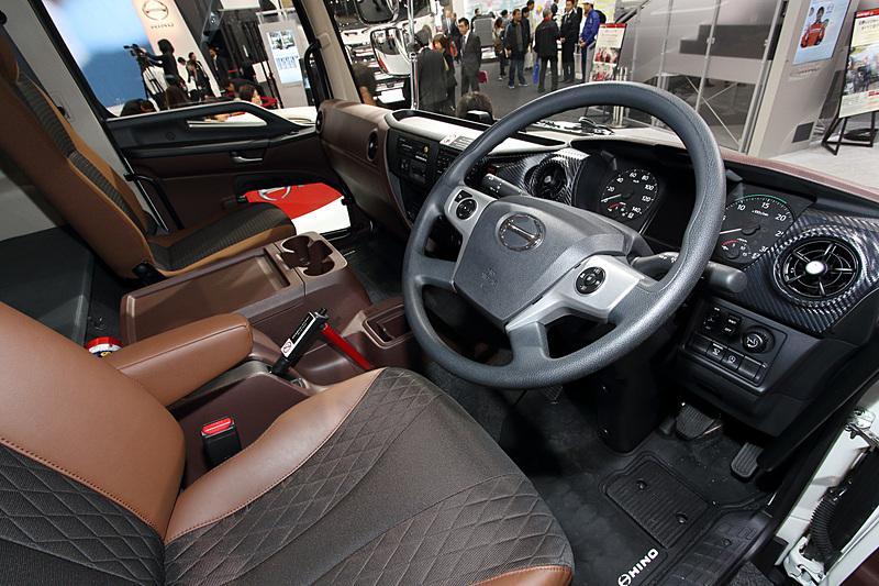 ダイヤル式のギヤセレクターをインパネに設置することにより、スムーズに車内を動ける
