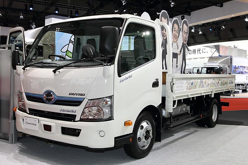 「デュトロ ハイブリッド TSG-XKU712M」。「ヒノノニトン」のTVCMでおなじみの小型トラック。4.0リッターエンジンに36kWのモーターを組み合わせる。バッテリーはニッケル水素(288V/6.5AH)