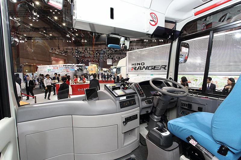 「ポンチョEV」。国内で唯一の小型ノンステップバス「ポンチョ」のディーゼルエンジンをモーターに置き換えたEVバス。東京都墨田区、東京都羽村市、石川県小松市ですでに営業運行中。モーター出力は200kW