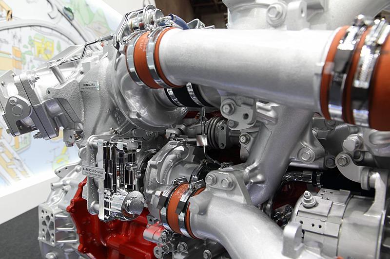主に大型車向けのダウンサイジングエンジン。最高出力279kW(380PS)/1700rpm、最大トルク1765Nm(180kgm)/1100rpm-1400rpmを発生。プロフィア、セレガに搭載される