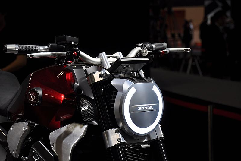丸型のLEDヘッドライトを搭載する。これは実用というよりは、あくまでもコンセプトでのデザインだろうか