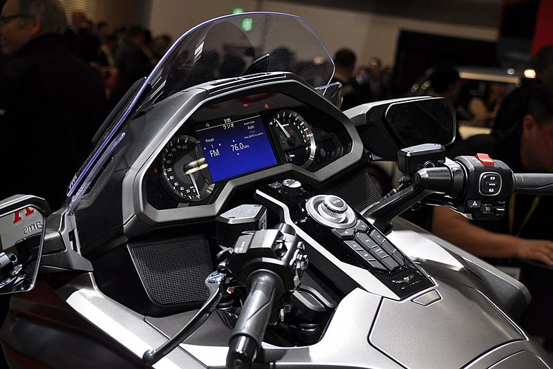 CarPlay対応インフォテイメントをはじめ、ツーリングをサポートする各種装備とコントローラを搭載