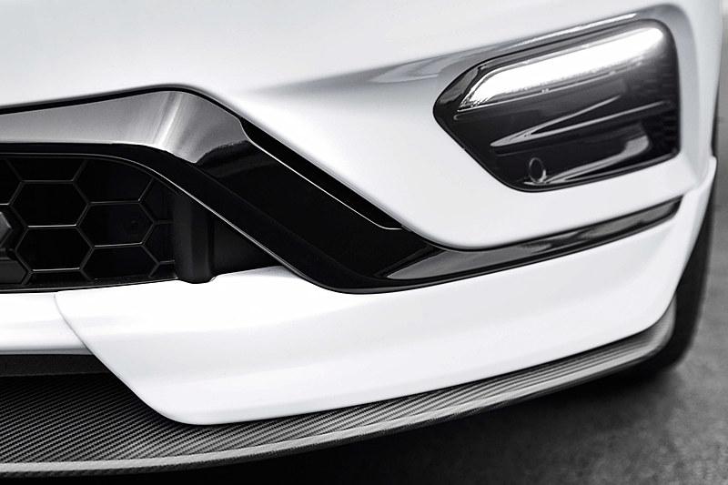 ドアミラーカバーやボディ下側のエアロパーツには軽量なカーボン素材を使用