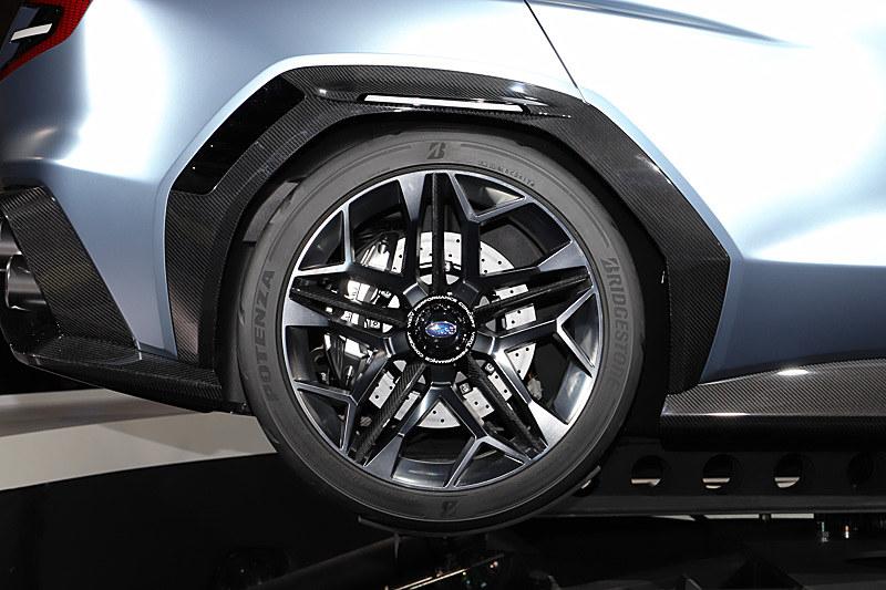フェンダーまわりに装着されているカーボン製のクラッディングは機能パーツとして、上部には白いエアスタビライザーが、後部にはタイヤハウスの中に入った空気を逃がすスリットがそれぞれ装着されている