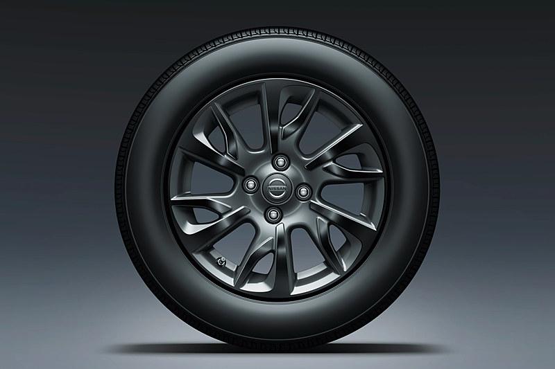 標準装着されるグロスブラックの15インチアルミホイール。タイヤサイズは185/65 R15