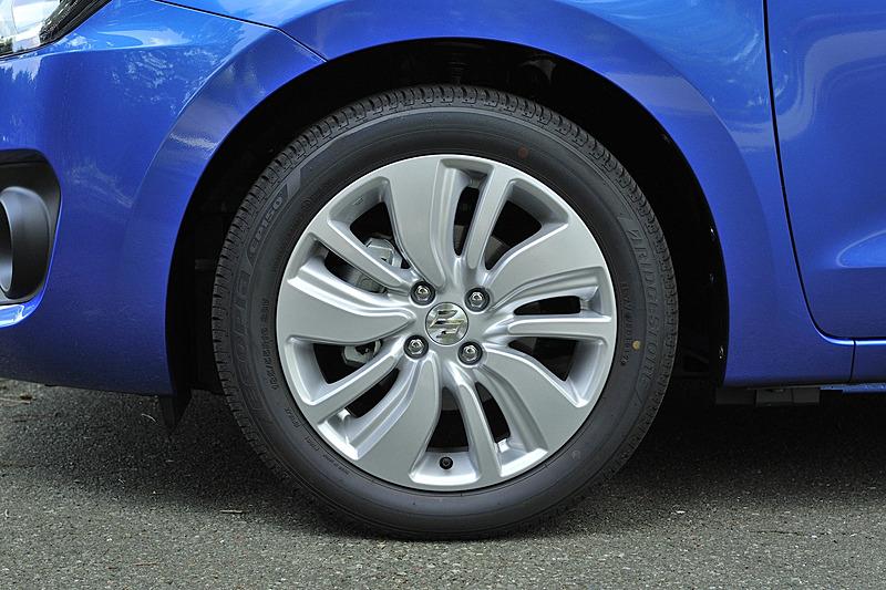 ハイブリッド SLはアルミホイールを標準装備。タイヤサイズは185/55 R16