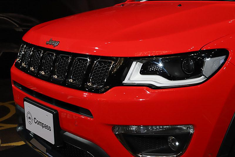 特徴的なデザインのLEDヘッドライトは、7スロットグリルと一体化したデザイン