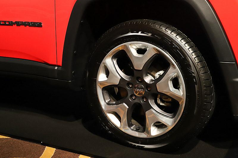 グレードごとにホイールとタイヤのサイズが異なり、Limitedでは225/55 R18を装着