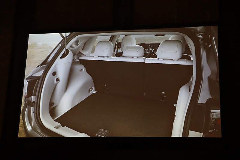 ラゲッジルームでは3段階に調節できるフロアボードを採用して荷物を多く積めるようにしたほか、助手席のシートを上げるとシートの中にも荷物を積めるように工夫されている