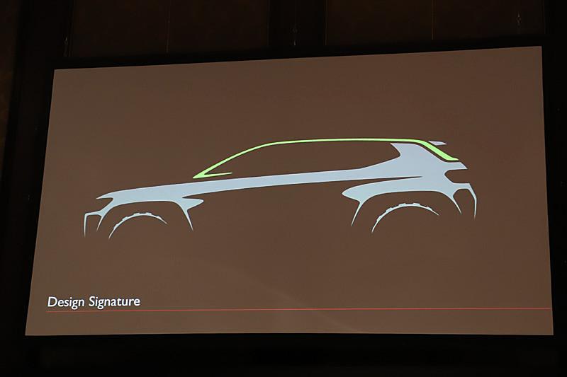コンパスのエクステリアは、駐車場などの広い場所で遠くからでもジープだと分かるようなデザインとしてトリムラインを導入。サイドミラーから窓を沿ってリアへ行き着く途切れのない1本のラインにより、視線が下の方に誘導されることで、力強さや保護というイメージを表現