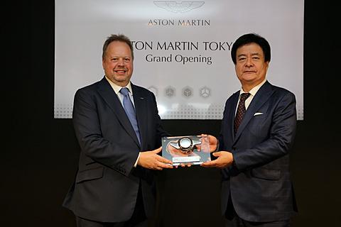 アストンマーティン、東京 青山にブランドセンターも併設する正規ディーラー「アストンマーティン東京」発表会 発表会に出席したSKY GROUP 代表取締役社長の笠井成人氏(右)、英アストンマーティン 社長兼CEOのアンディ・パーマー氏(左)