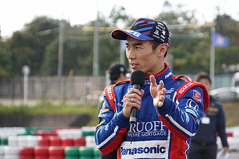 佐藤琢磨選手、鈴鹿サーキットで小学生レーサー40名にカートをレッスン