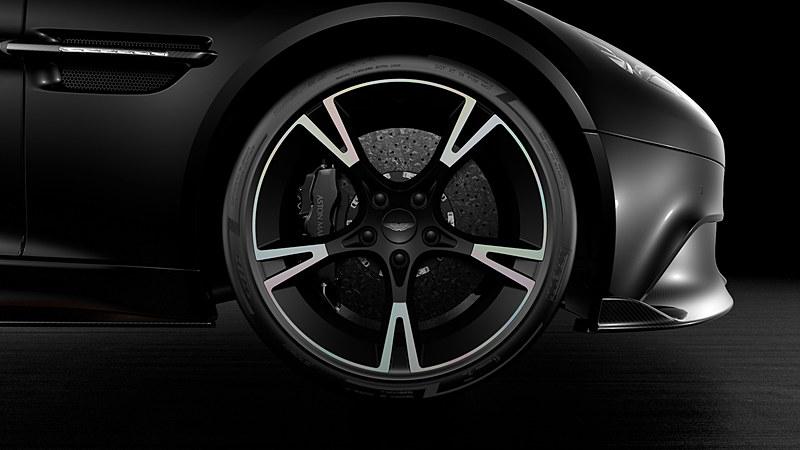 エクステリアではローズ・ゴールドの「Ultimate」のロゴが入るカーボンファイバー製サイドストレーキなどを特別装備