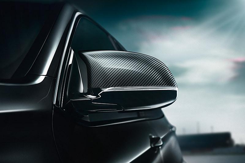 専用の黒いキドニーグリルや21インチホイール、専用カーボン・ミラーカバーなどでボディカラーとコーディネート