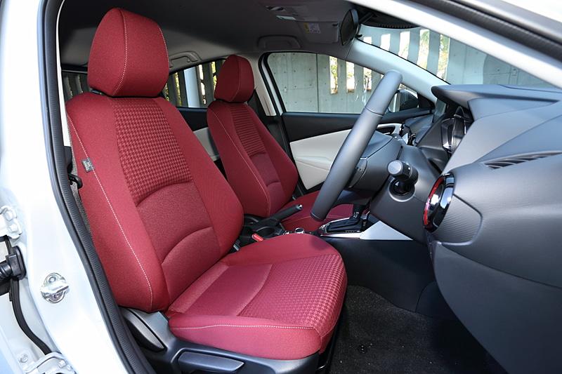 赤いシートが映えるインテリアは白を差し色に採用