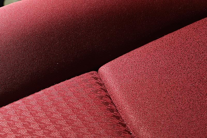 シートには3種類の生地を採用。艶感やより深い赤色を表現できるように工夫されている