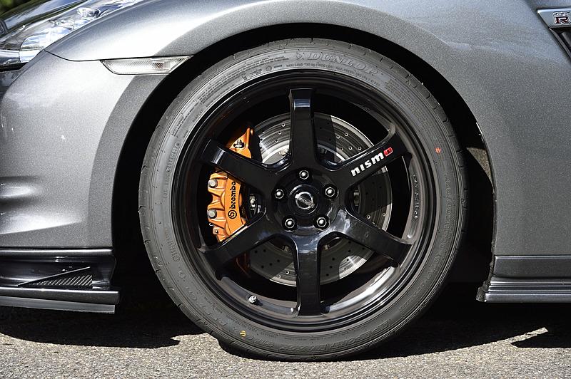タイヤ&ホイールは2017年モデルのGT-R NISMO純正品を使っている